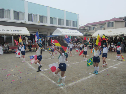 5歳児の旗パレード