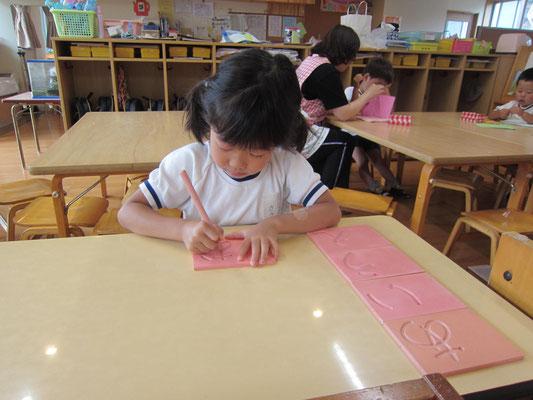「彫文字」文字を書くための練習。一人で書けるよ!