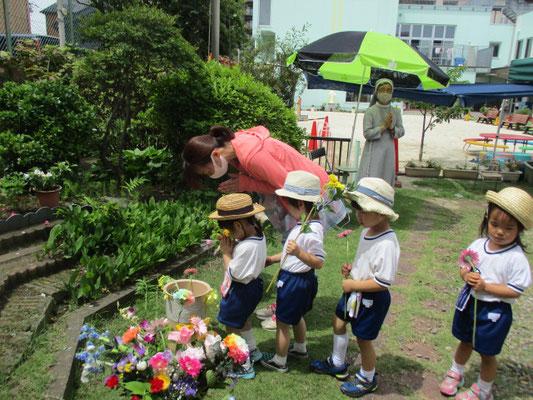 3歳児が献花をしているところです