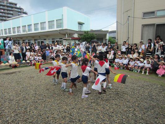 5歳児マリア祭をお祝いして旗パレードを披露