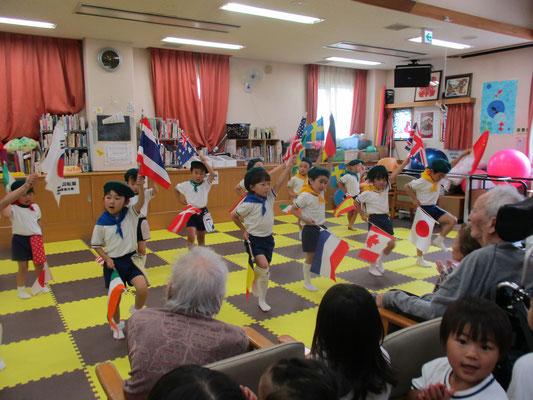5歳児旗パレード披露