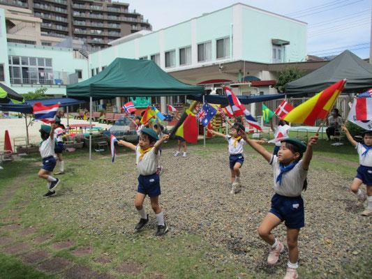 旗パレード「世界中の子ども達が」を踊りました