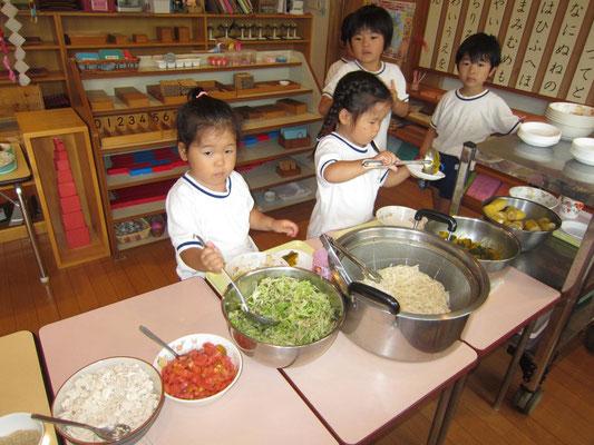 幼児クラスの食事の配膳。食べられるかな~?