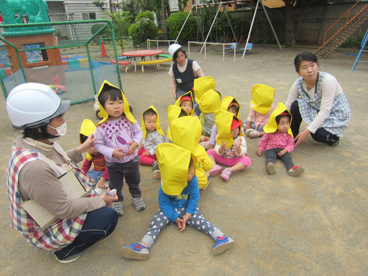 2歳児も上手に防災頭巾をかぶり避難です