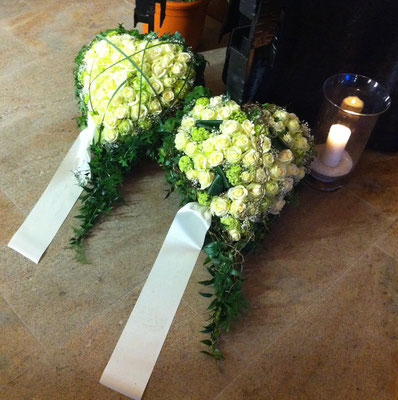 Herz mit Rosen zur Beerdigung