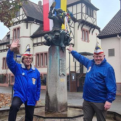 Stellvertretend für alle Vereine - Zugmarschall Norbert Weiser und Schirmherr Hans-Peter, der Brotteig-Kneter