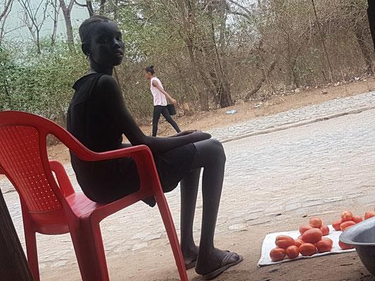 Jeune vendant quelques tomates