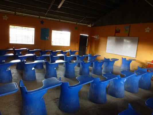 Une classe d'école. Pas de place pour les gauchers