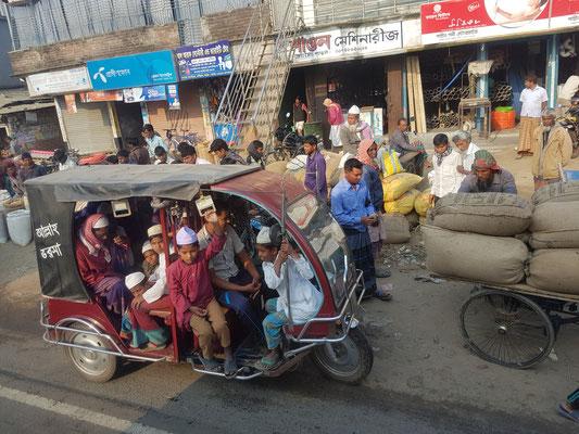CNG. Contrairement à ceux de Dhaka, la capitale, ils sont ouverts. Le nombre de place parrait illimité