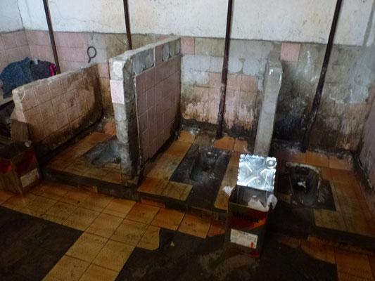 WC collectif dans une station de bus a Tbillisi. (Bonjour - ça se passe bien chez vous ?)