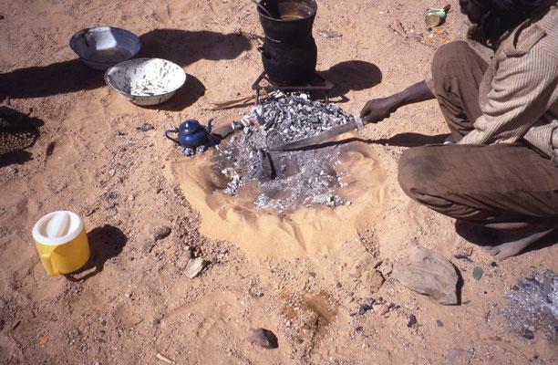 La viande cuit dans la marmite sur la braise