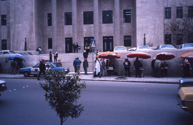 Scriptes dans la rue devant un bâtiment administratif. Leurs fonctions : aider les personnes illétrées pour les courriers et les démarches administratives.