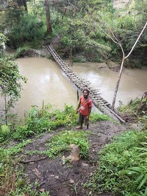 Sur le sentier. Ne pas avoir le vertige. Il y avait beaucoup plus difficile pour traverser une rivière quand le pont était composé d'un seul tronc d'arbre