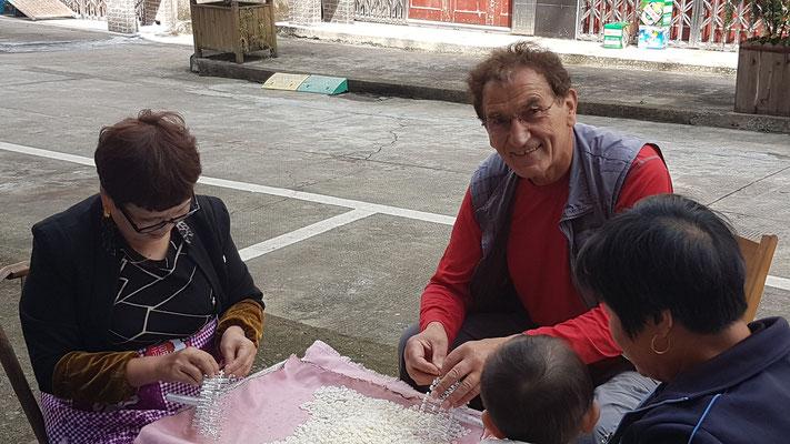 L'étranger bienvenue pour aider avec la joie des habitants