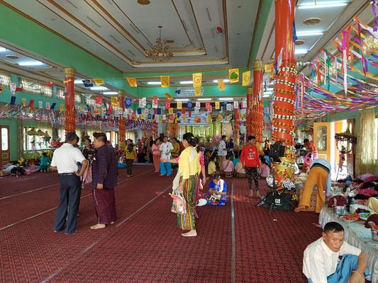 Dans l'entrée d'un temple. Une vraie galerie commerciale