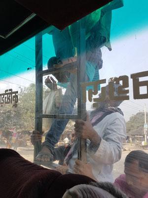 Escaladage du bus pour rejoindre les places sur la galerie. Les passagers du toit payent moitié prix
