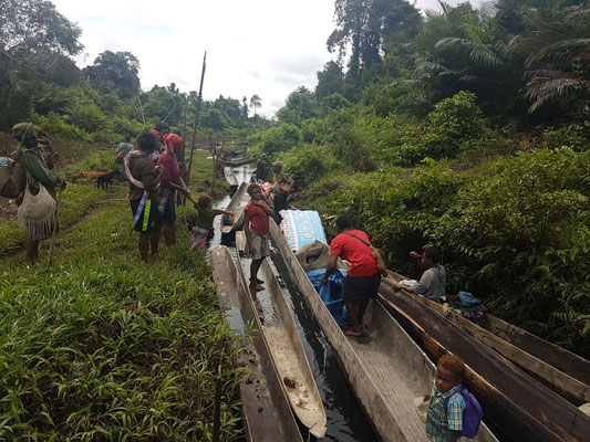 Départ en canoë pour le village au bord de la Sepik river