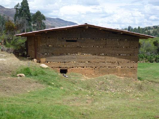 Détail des murs en terre avec coupure de rangées de pierres