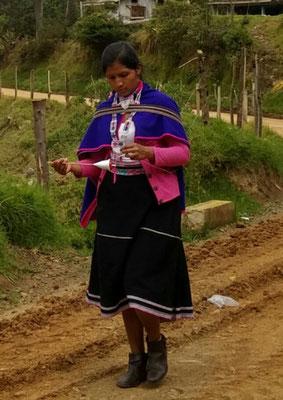 Les femmes filent la laine en marchant