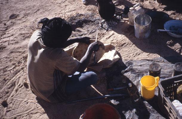 Grattage du pain pour enlever les grains de sable incrustés