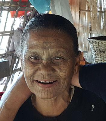 Tatouage de tout le visage. Chaque petite région avait son propre design. La couleur a un peu passé avec les années