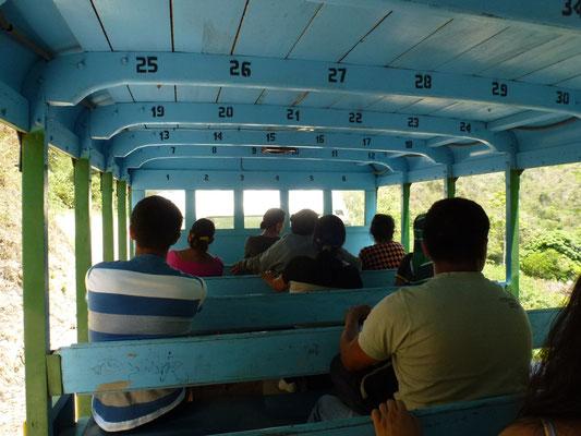Bus en bois, ... bien ouvert pour profiter de la poussière de la piste. Douche obligatoire à l'arrivée.