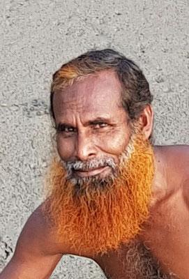 Au Bangladesh, les hommes ne veulent pas avoir les cheveux ou la barbe blanche. Ils se teignent les cheveux et la barbe avec un produit comparable au henné