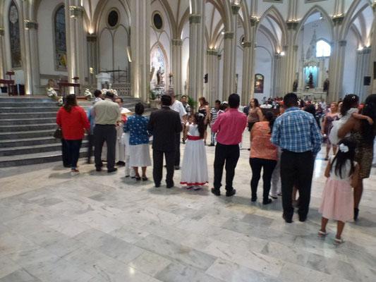 Cérémonie de Baptêmes à la cathédrale de Guayaquil. Moins de 5 secondes par enfant