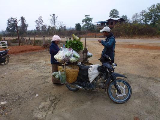 L'épicier en tournée au petit matin dans les villages isolés