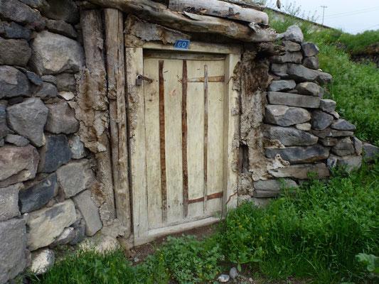 Etable semi enterrée avec joints de l'entourage de la porte en bouses de vache