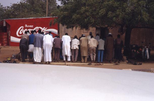 Prière dans la rue à Niamey