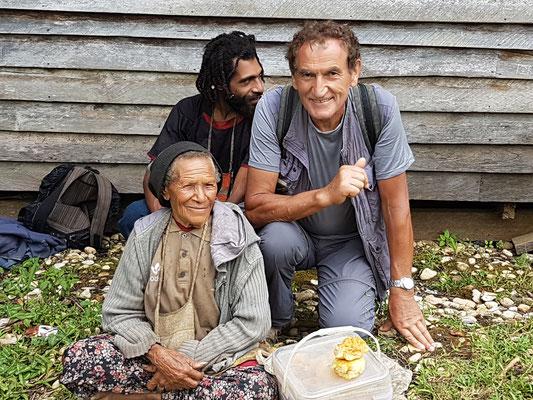 Avec une vendeuse sur un sentier et un de mes accompagnateurs
