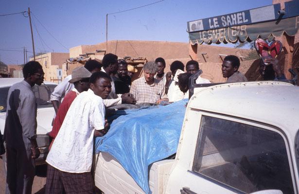 Les acheteurs s'agglutinent dans le premier village du Niger pour faire des affaires
