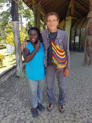 En compagnie de Thomaster, la propriétaire du Lodge (hôtel) à Port Moresby. Son mari et elle ont la peau très noire, originaire de l'ile Bougainville.