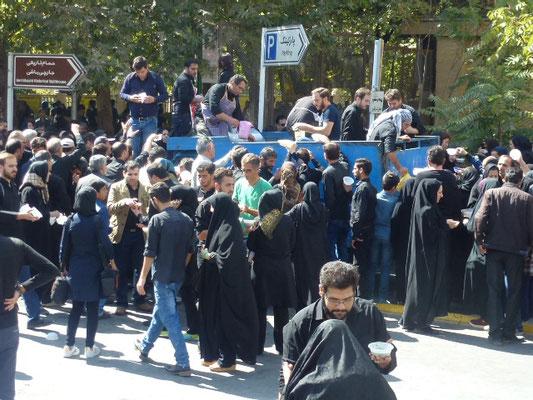 Distribution de soupe populaire pendant l'anniversaire de Muhammad Hussain, qui dure 10 jours.