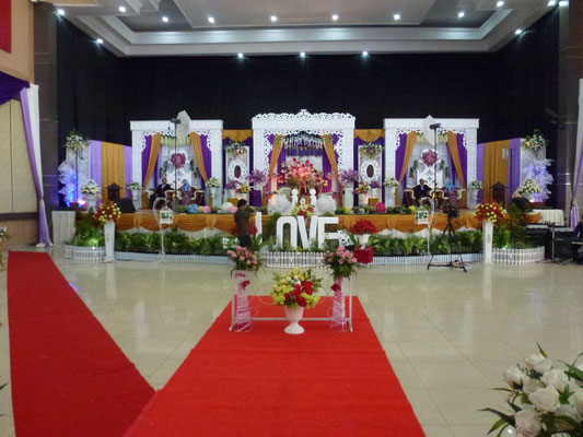 Mariage traditionnel musulman. Sur le trône : parents du marié à gauche, mariés au centre et parents de la mariée à droite