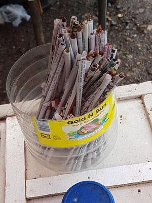 Cigarettes du bush. Bout de feuille de tabac enroulé dans du papier journal