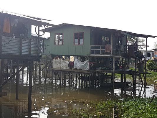 Maisons construites sur la rivière près de mon hôtel