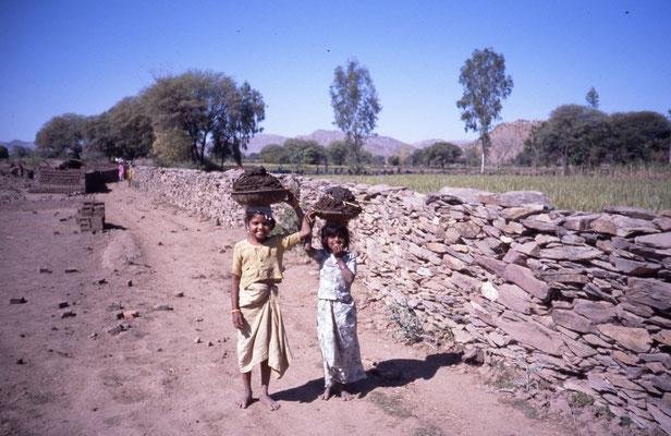 Transport de l'argile par des enfants