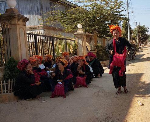 Femmes en attente du retour du marché vers leur village
