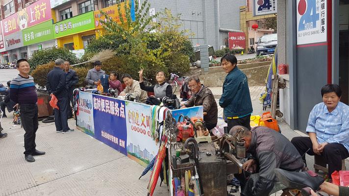 Réparateur de chaussures et couturiers sur la rue