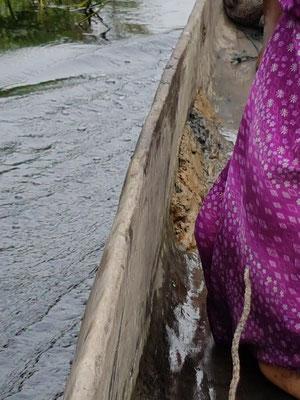 Le canoë a une prise d'eau. On colmate avec de la terre