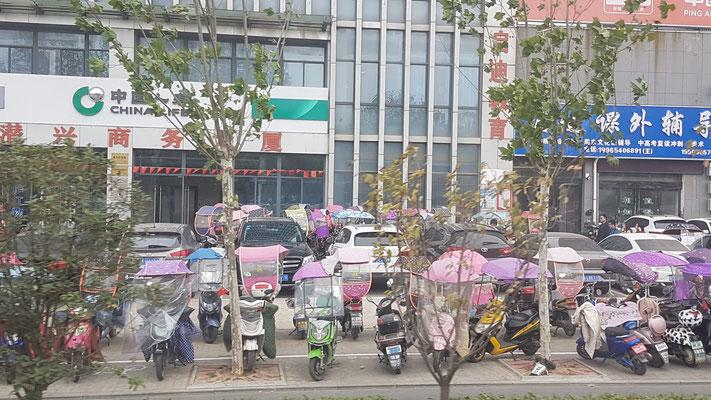Scooters avec ombrelles pour le soleil et la pluie