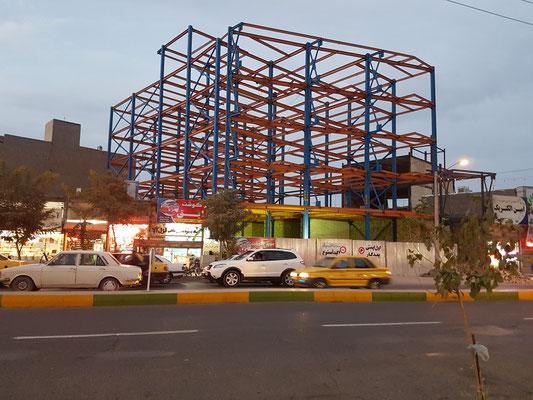 La plupart des constructions sont conçues anti sismiques. On commence par construite un cadre métallique qui supportera les murs et les planchers