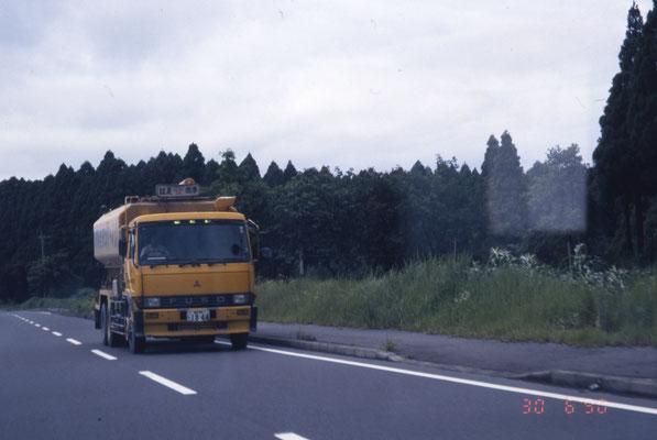 Trois feux verts au dessus du parebrise indiquant la vitesse du camion