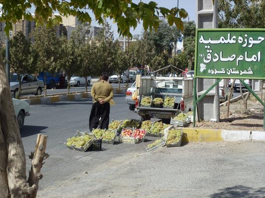 Une multitude de récoltants vendent leurs fruits sur la rue