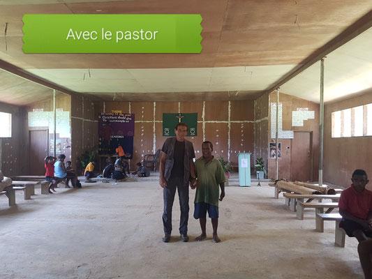 Dans l'église avec le pasteur