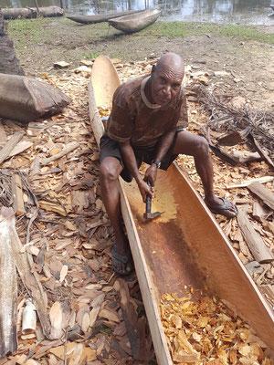 Fabricant de canoë à l'oeuvre