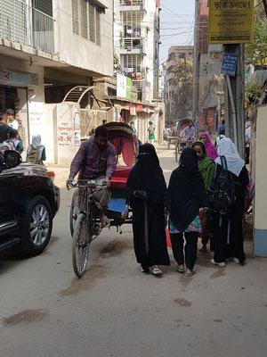Quelques femmes voilées rappellent que nous sommes dans un pays musulman