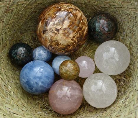 boules en calcite bleu, quartz rose, bois silicifié, grirasol, apatite.
